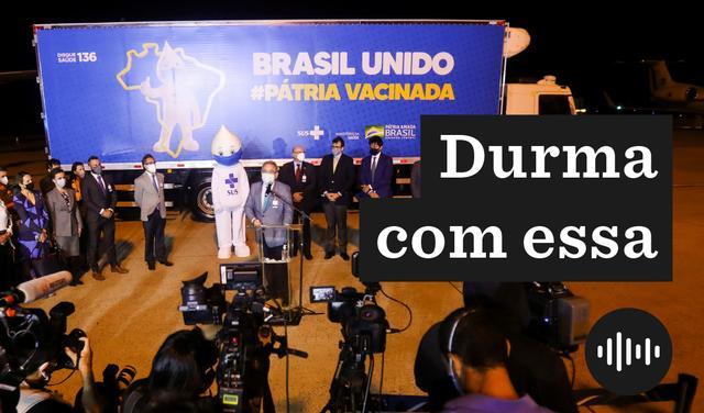 O ministro da Saúde Marcelo Queiroga dá entrevista ao lado do mascote Zé Gotinha e rodeado de pessoas em frente a caminhão adesivado com propaganda do ministério que diz: Brasil unido #Pátria vacinada