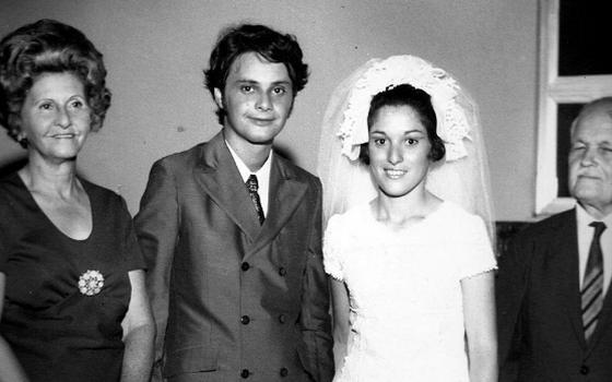 Foto em preto e branco com um jovem Edir Macedo, acompanhado de uma mulher vestida de noiva e um casal de idosos