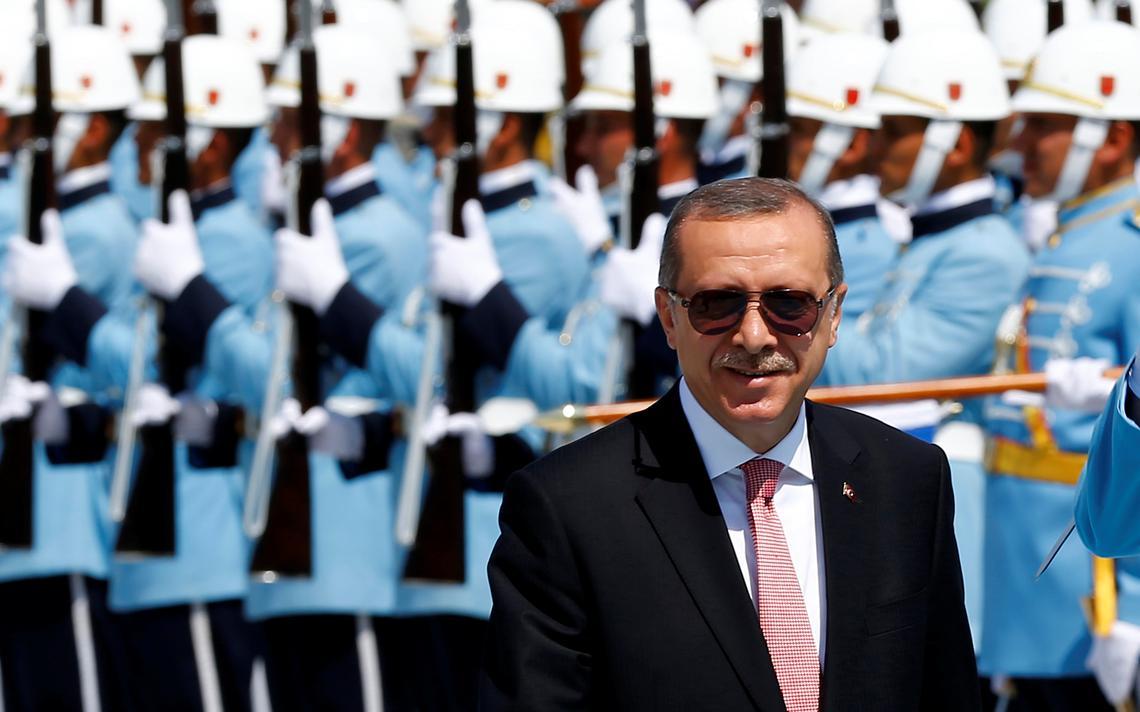 Recep Tayyip Erdogan caminha em seu palácio presidencial na capital turca