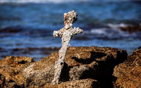 Mergulhador acha 'espada das Cruzadas' no Mediterrâneo