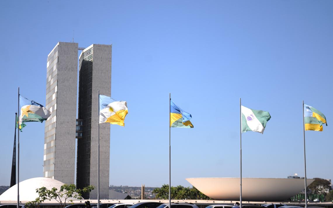 Bandeira de unidades federativas hasteadas em frente ao Congresso