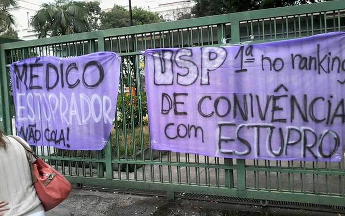 Faixa estendida por alunas em frente ao portão da Faculdade de Medicina da USP, em São Paulo, em 2014