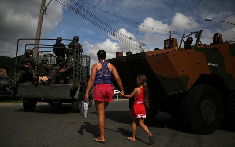 Agentes do Exército durante operação contra o tráfico de drogas no Rio de Janeiro