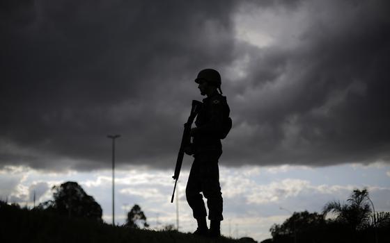 'Quem está armado não pode participar do jogo político'