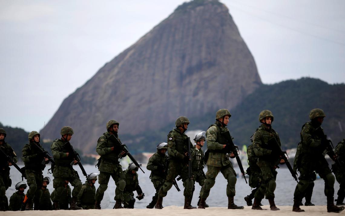 Exército faz exercício na praia