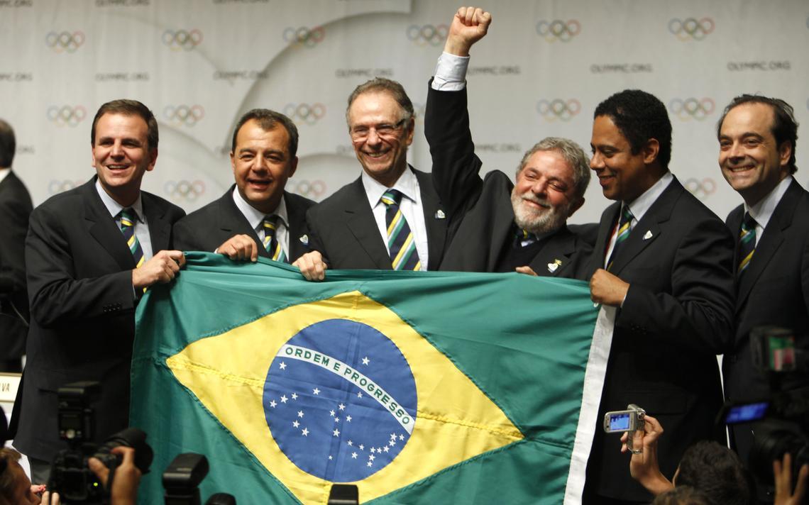 Políticos seguram bandeira do Brasil em comemoração