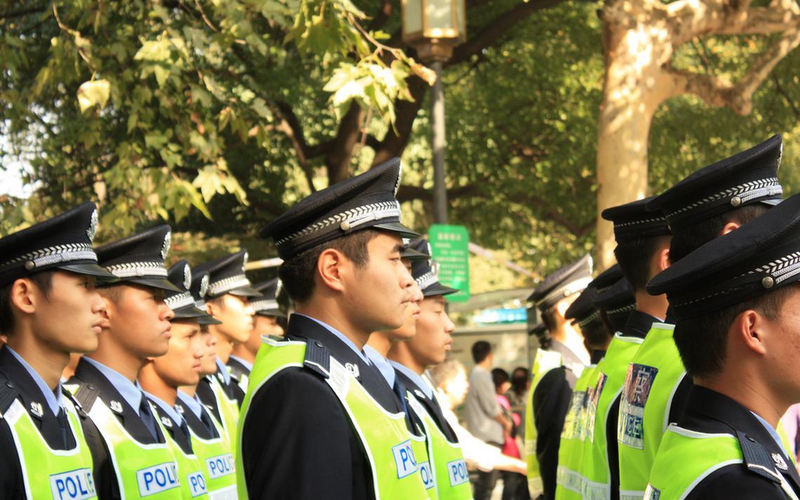 Policiais chineses ficam em fila em Hangzhou
