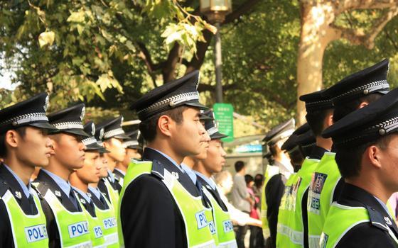 Por que policiais chineses estão patrulhando a Itália