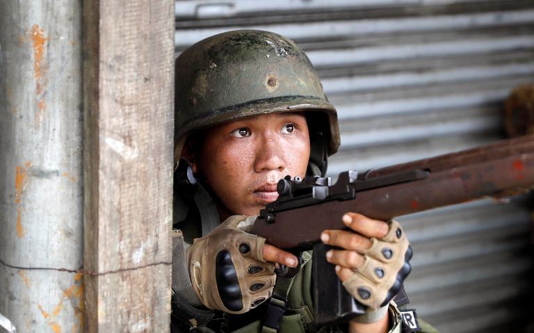 Militar das Filipinas empunha arma