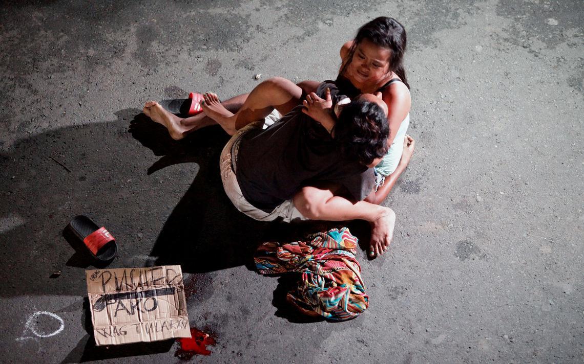 Esposa chora ao lado do corpo de seu companheiro