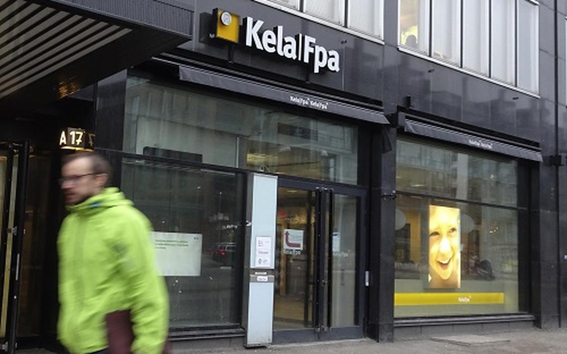 Oficial da Instituição de Seguridade Social KELA, em Helsinque, capital da Finlândia, em 2017