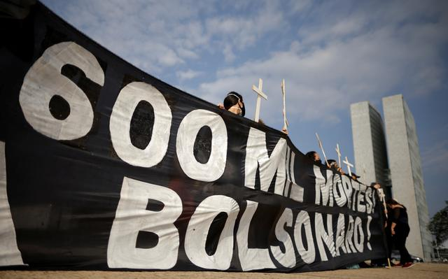 Manifestantes prestam homenagem a vítimas da covid em protesto contra o presidente Jair Bolsonaro em Brasília