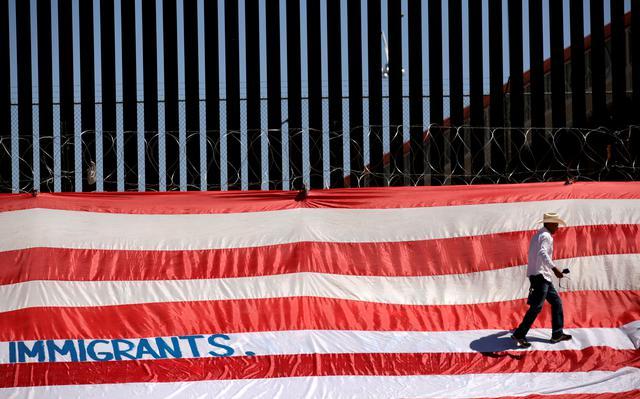 Homem participa de um protesto na fronteira entre Ciudad Juarez, no México, e os Estados Unidos
