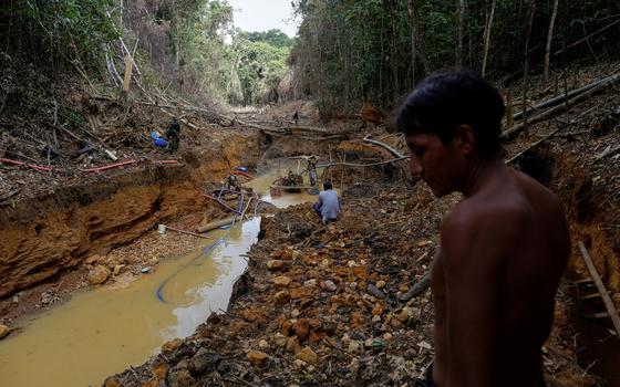 Crianças morreram sugadas por draga de garimpo, dizem indígenas