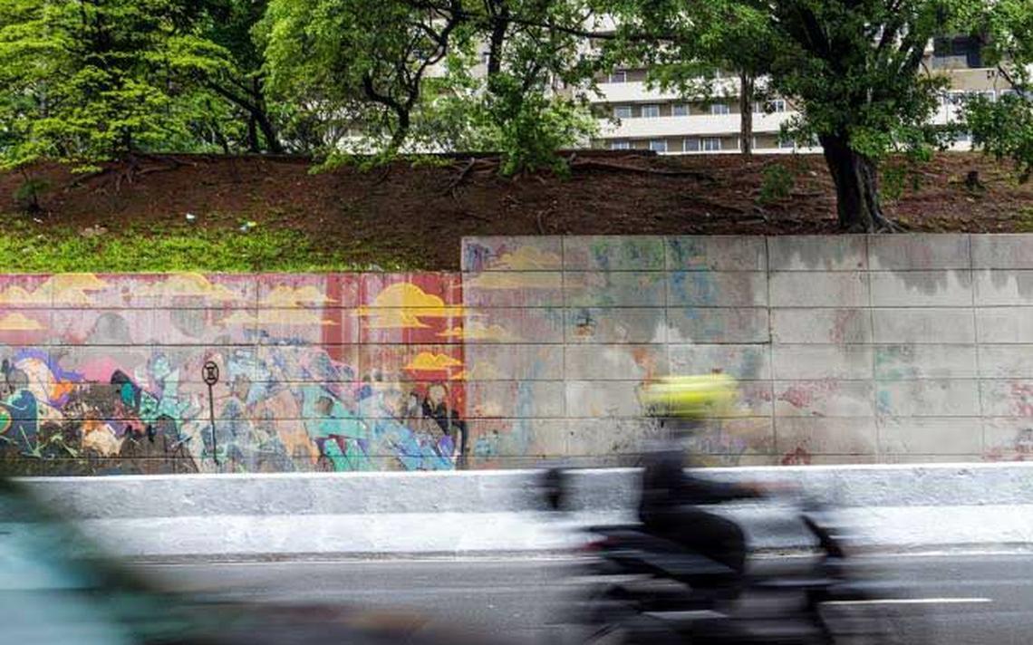 Grafites sendo apagados na Av. 23 de Maio, em São Paulo