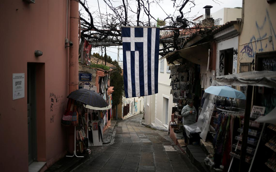 Bandeira da Grécia em viela comercial em Atenas