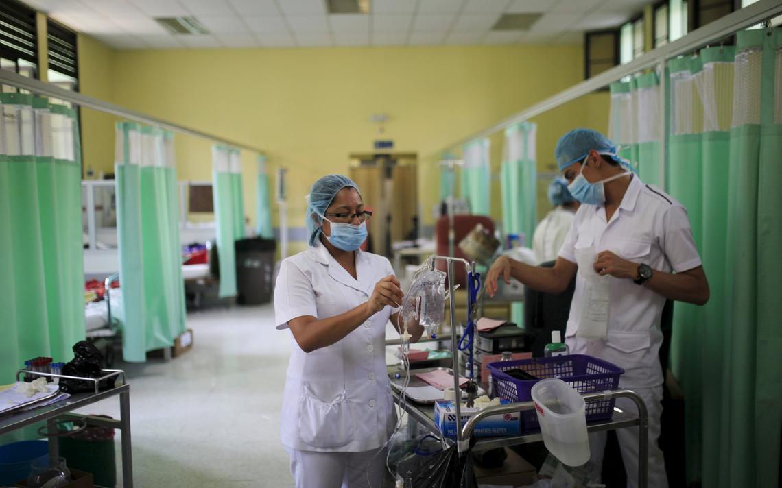 Médicos cuidam de pacientes diagnosticados com a síndrome Guillain-Barré em hospital em El Salvador