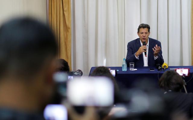 Haddad concede entrevista em Curitiba depois de visitar Lula