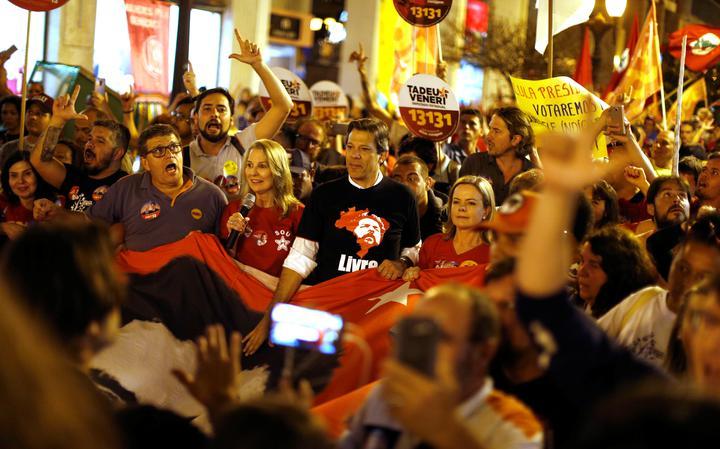 Apesar de o PT bancar a candidatura de Lula, quem deve substituir o ex-presidente será o então vice da chapa, Fernando Haddad