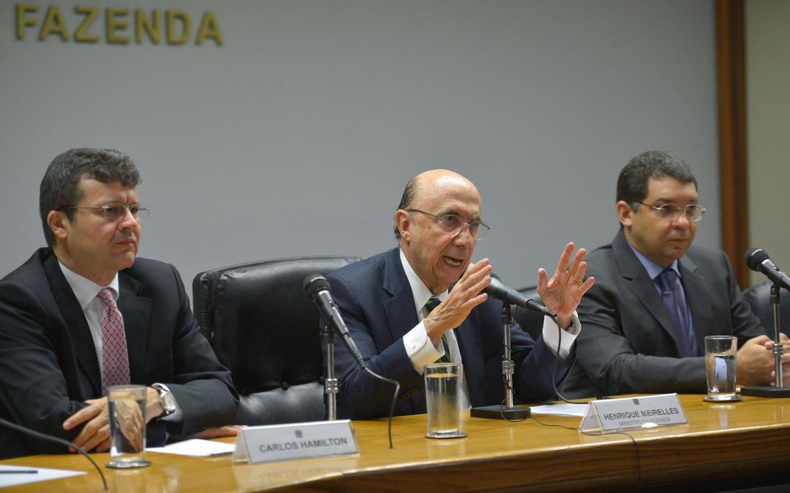 Henrique Meirelles fala com a imprensa sobre próximos passos no Ministério da Fazenda ao lado de Carlos Hamilton e Mansueto de Almeida