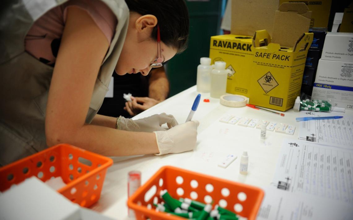 Agente de saúde prepara kit de testes para hepatite C, em 2015