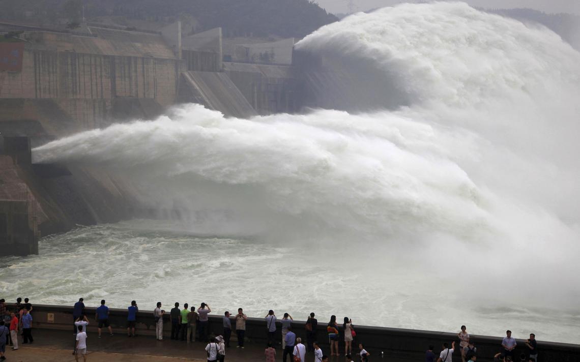 Água de rio chinês em barragem