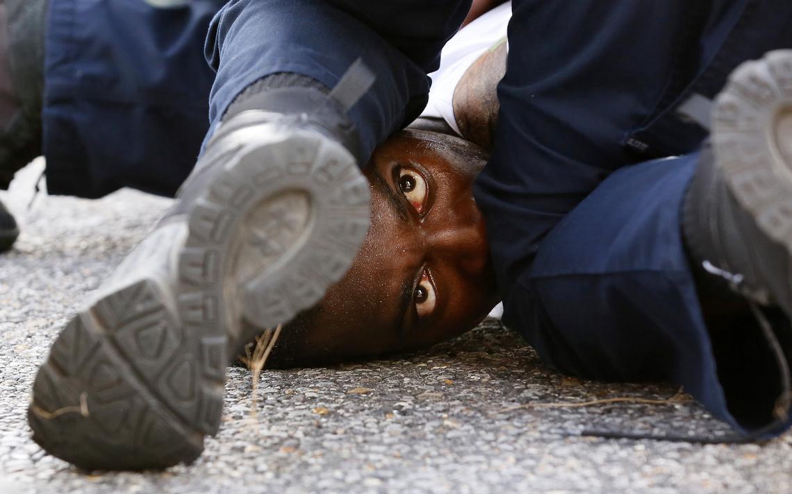 Protesto em Baton Rouge, Louisiana, contra a morte de homem negro por policiais