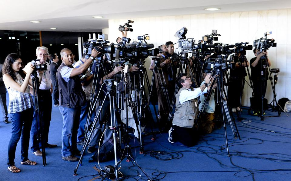 Cinegrafistas filmam senador durante julgamento do impeachment