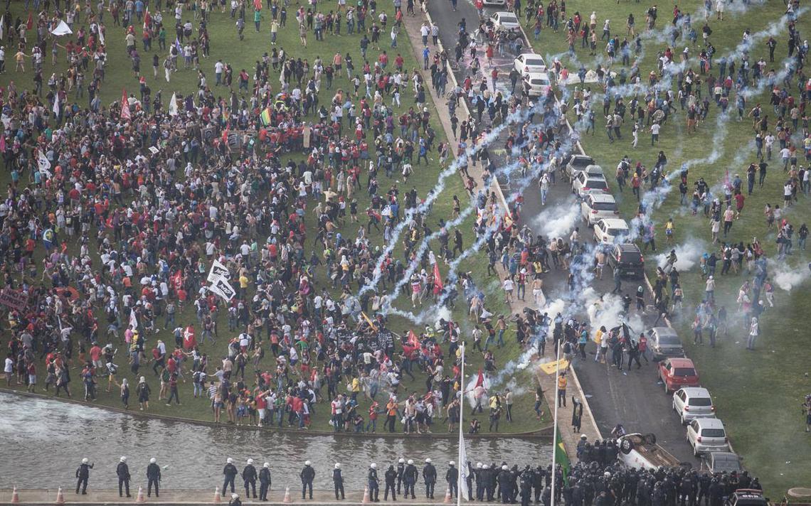 Polícia lança bombas em ato em frente ao Congresso nesta 3ª feira