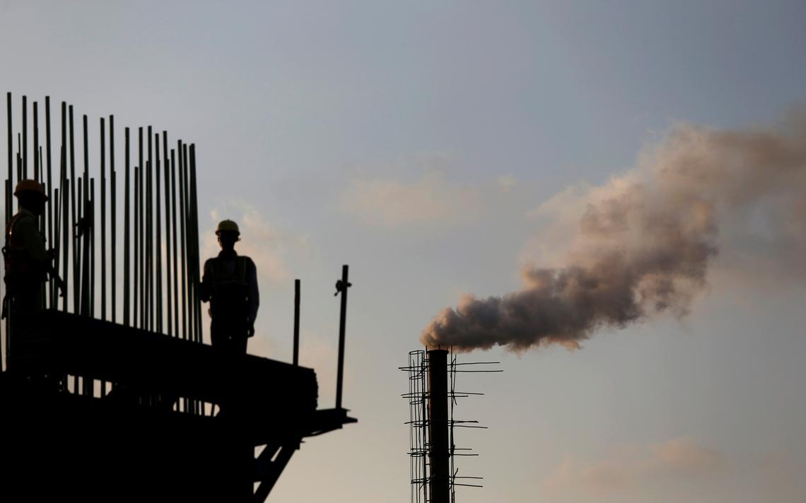 Homens trabalham em indústria química em Mumbai, na Índia