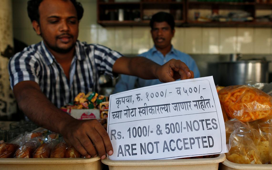 Vendedor na Índia recusa notas proibidas pelo governo