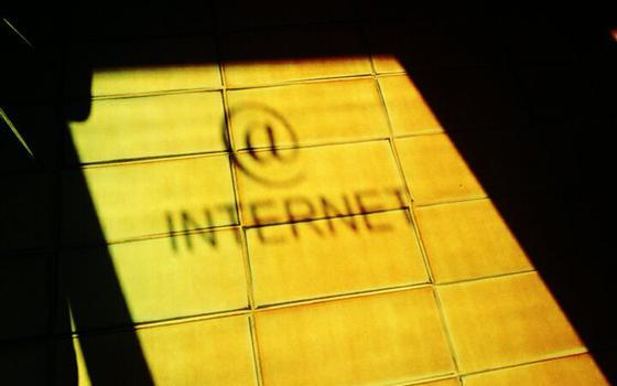 Quais são as possíveis consequências da restrição de uso da internet imposta pelas operadoras