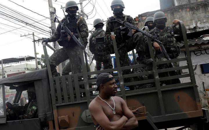 Forças Armadas em patrulha durante operação contra o tráfico na Vila Aliança, no Rio de Janeiro, em fevereiro de 2018