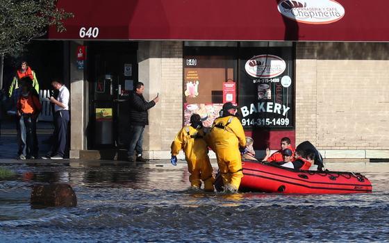 Inundações 'históricas' ligadas a furacão matam mais de 20 nos EUA