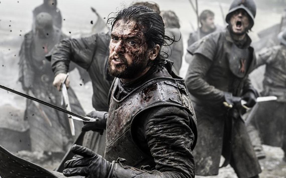 Jon Snow, coberto de sangue, avança sobre o exército dos Bolton durante a Batalha dos Bastardos