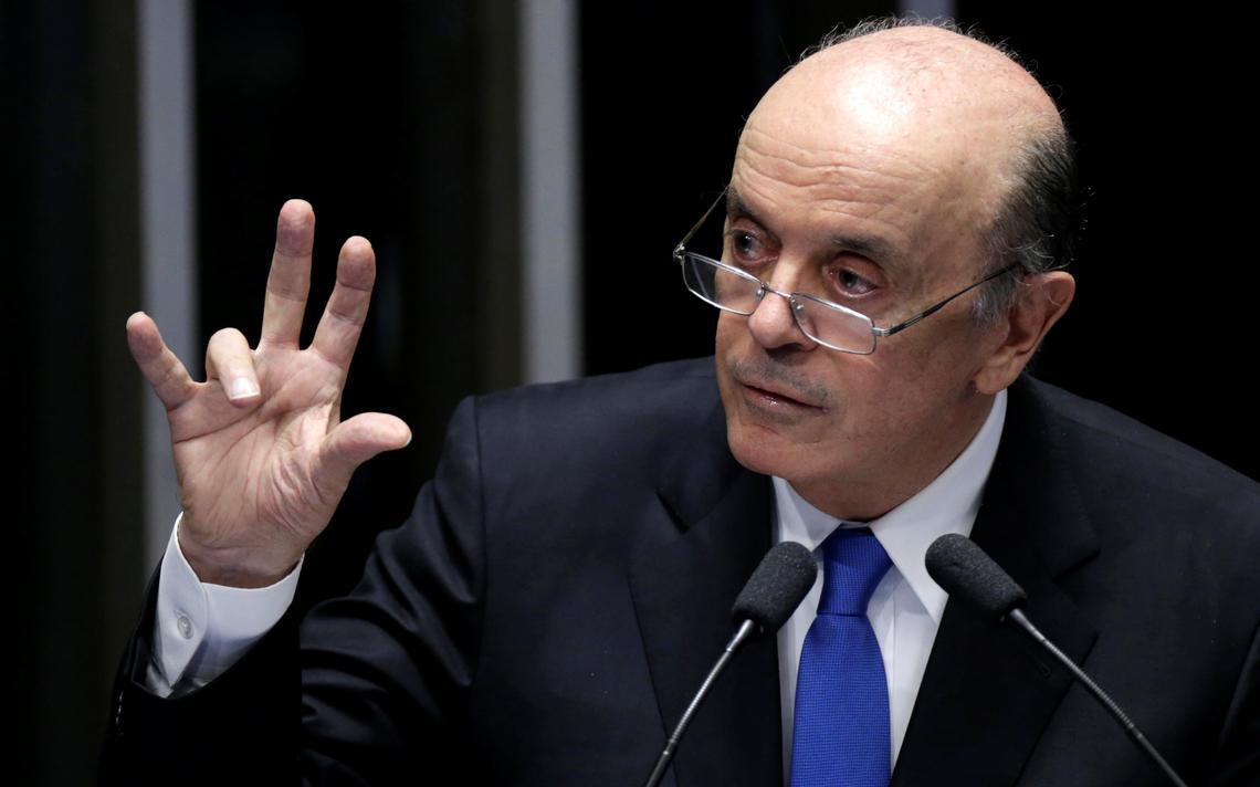 José Serra gesticula durante discurso