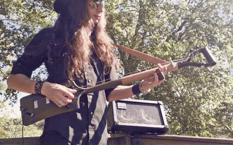 O músico que produz guitarras com materiais inusitados