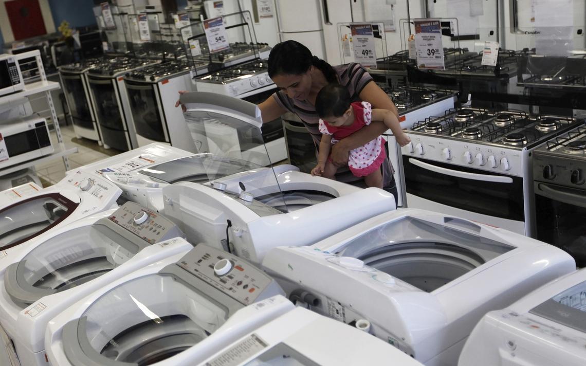 Mulher olha eletrodomésticos em loja em São Paulo