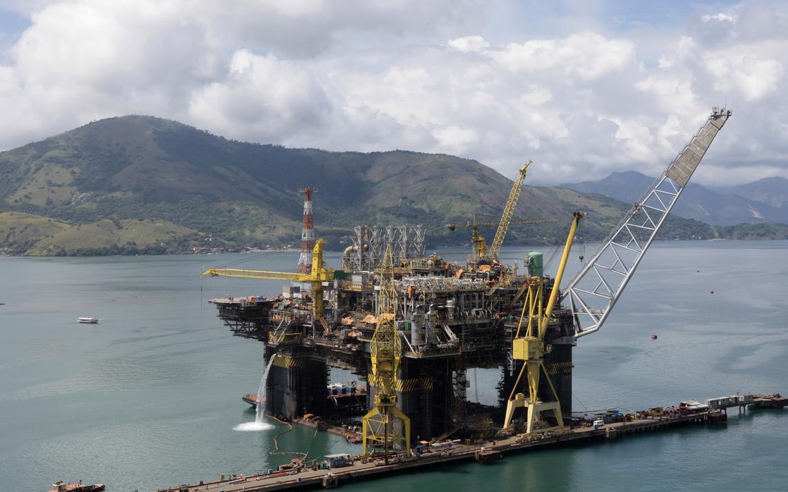 Plataforma de extração de petróleo sendo construída em Angra dos Reis (RJ)