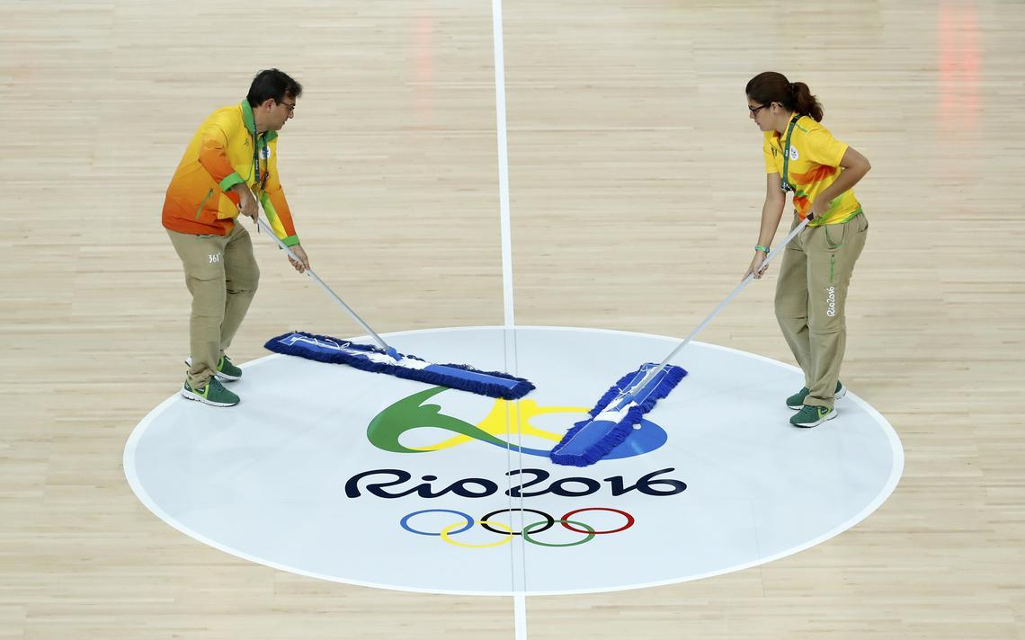 Esfregões no centro da quadra da Olimpíada