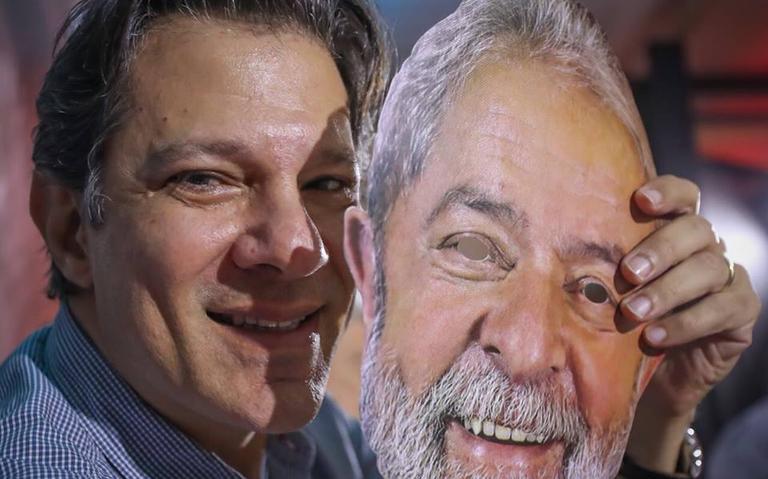 Provável substituto de Lula, Haddad posa com máscara do ex-presidente