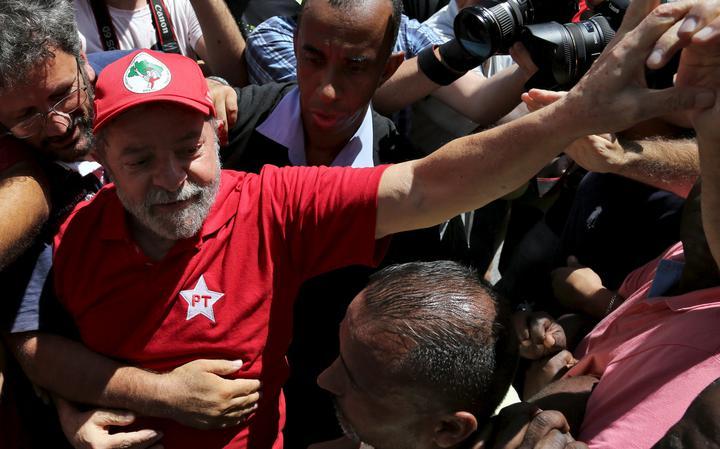 Lula recebe apoio de petistas em frente à sua casa
