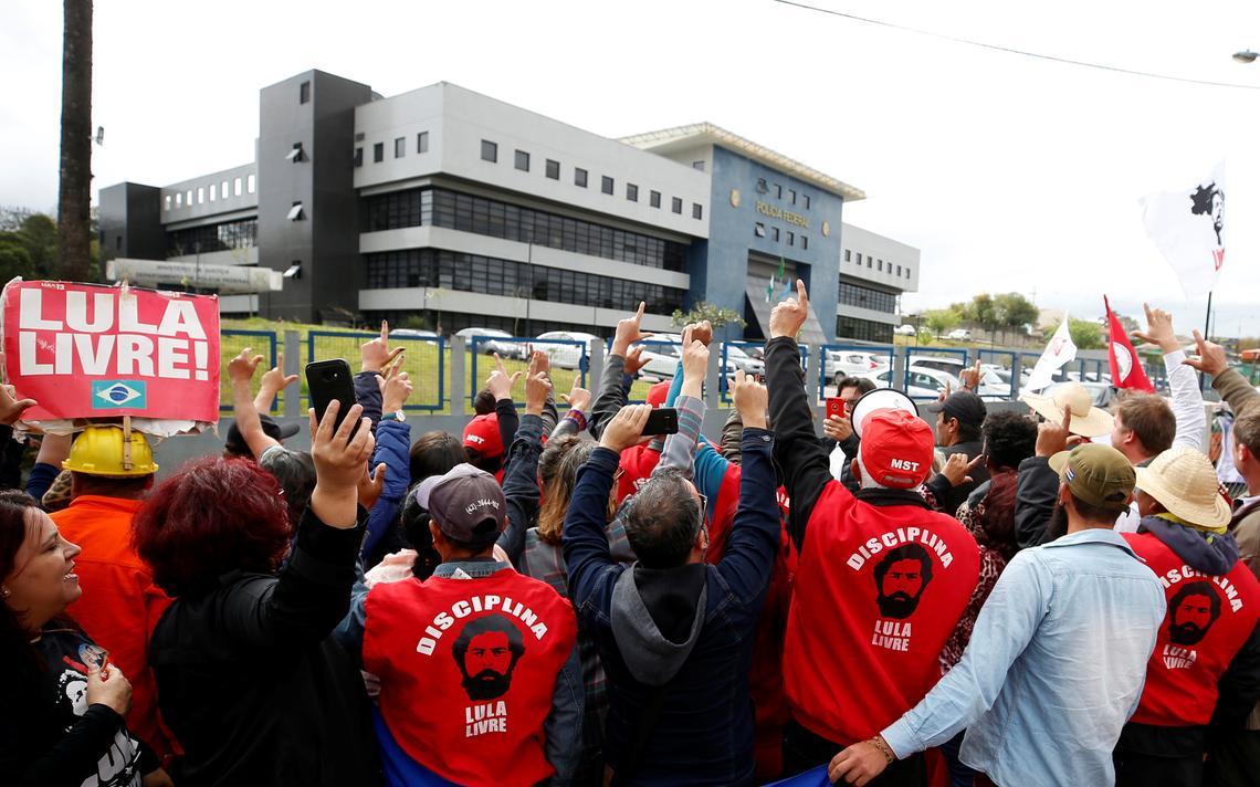 Militantes protestam pela liberdade do ex-presidente Luiz Inácio Lula da Silva em frente à sede da Polícia Federal, em Curitiba