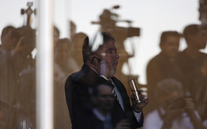 Lula fala ao telefone em 2011 após cerimônia em Brasília