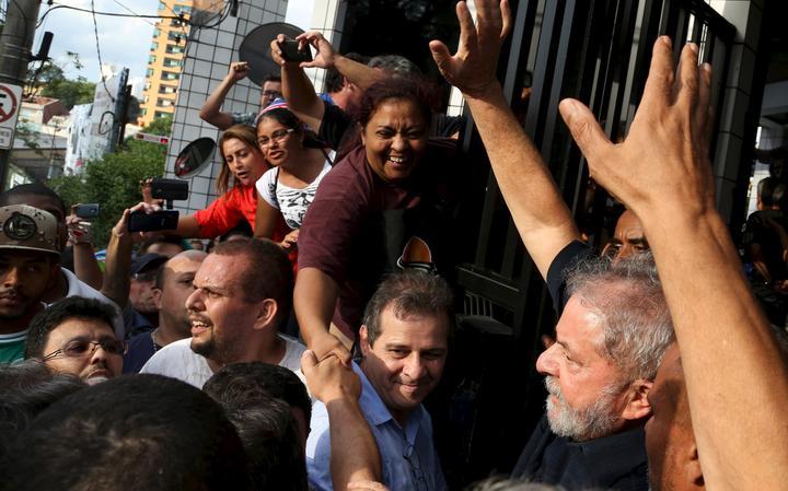 Lula chegando em casa cercado por apoiadores em São Bernardo do Campo