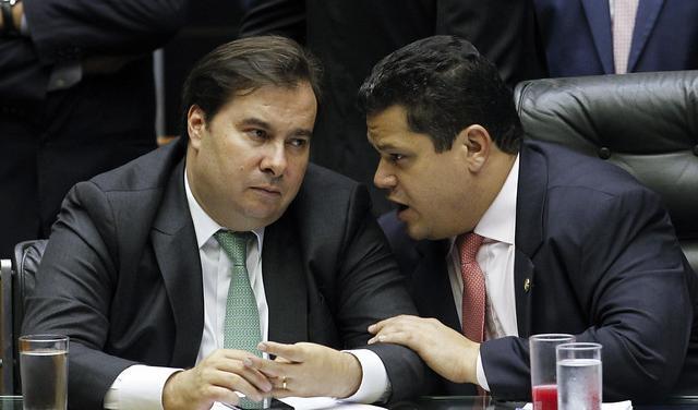 Rodrigo Maia e Davi Alcolumbre conversam à mesa