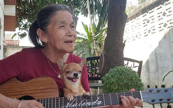 A idosa tailandesa que faz sucesso cantando covers