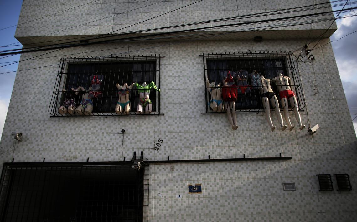 Loja de biquinis em casa da capital de Pernambuco coloca peças à mostra penduradas na janela