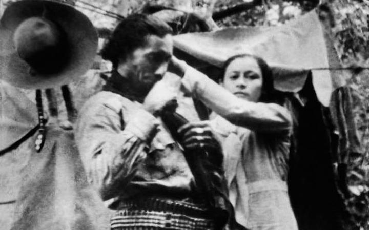 Maria Bonita penteia Lampião