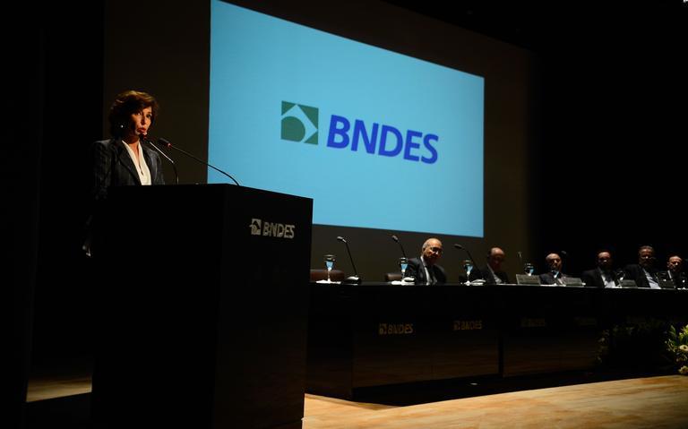 Maria Silvia Bastos Marques discursa na sede do BNDES, no Rio